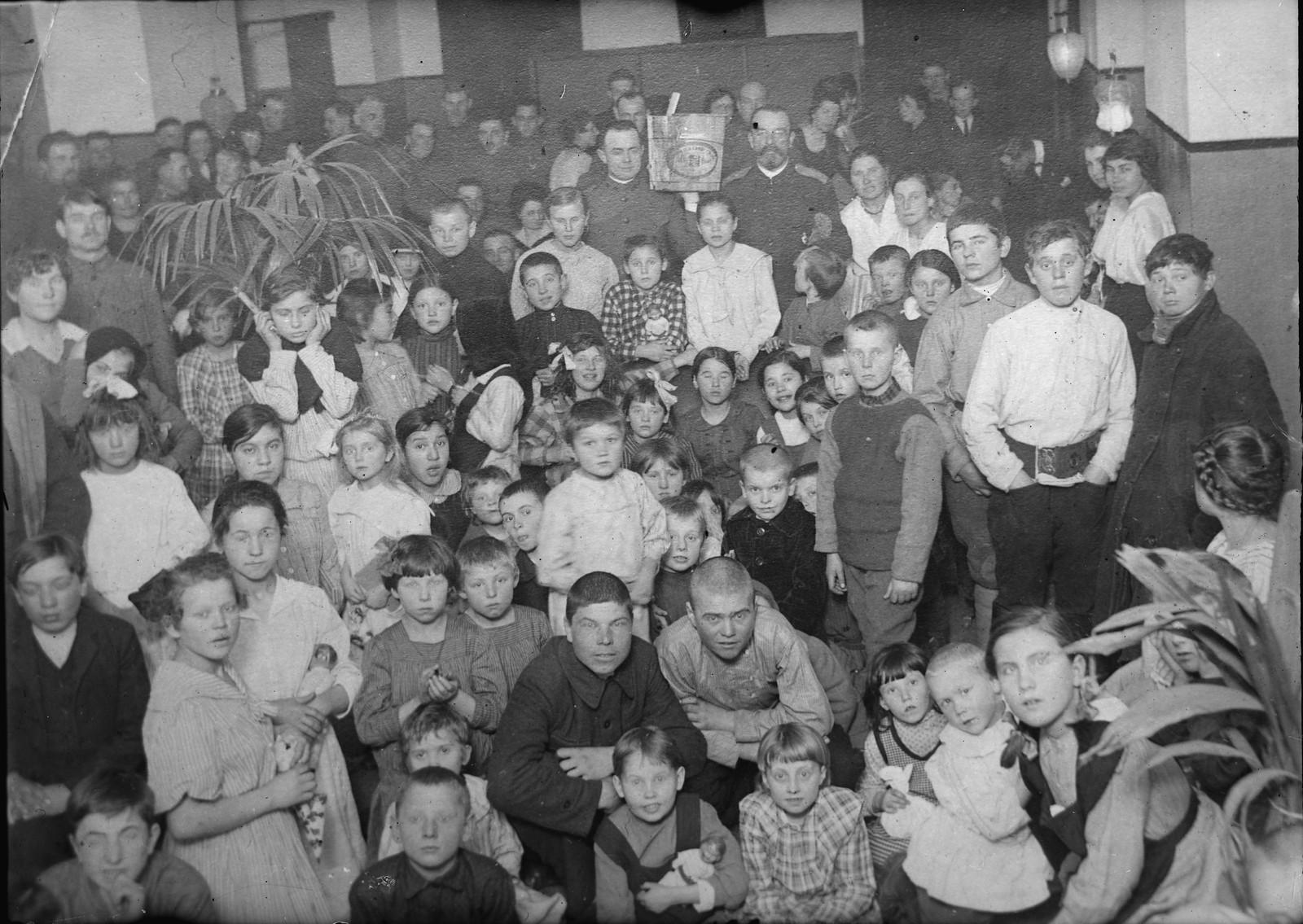 12. 1919. Владивосток. Дети из малоимущих семей на рождественском празднике, устроенном  Американским Красным Крестом