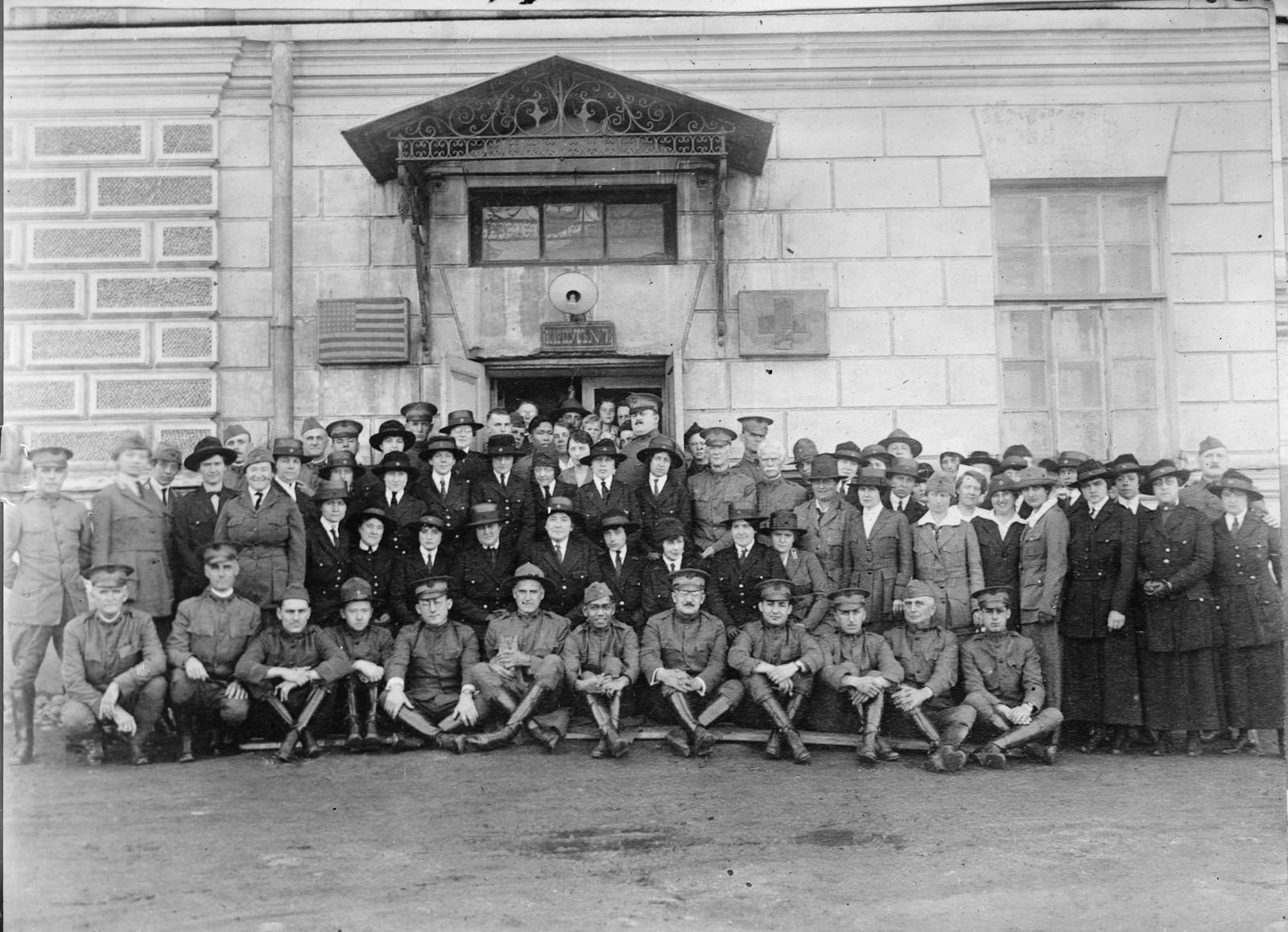 24. 1919. Владивосток. Часть персонала Красного Креста перед казармами