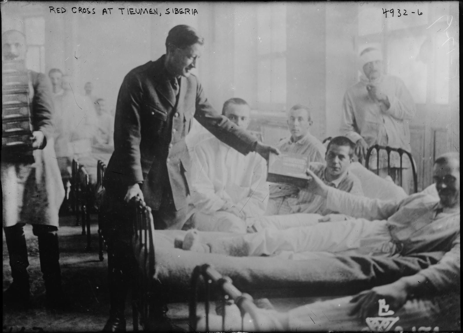 22. 1919. Тюмень. Представители Красного Креста раздают сигареты пациентам