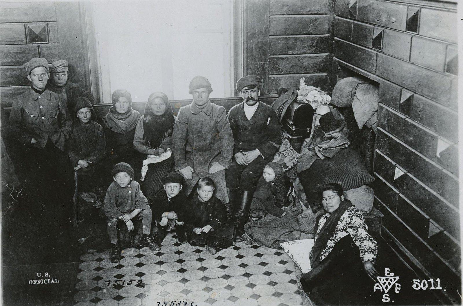 06. 1919.  Владивосток. Семья беженцев, которые в течение двух недель жили на ступенях железнодорожной станции