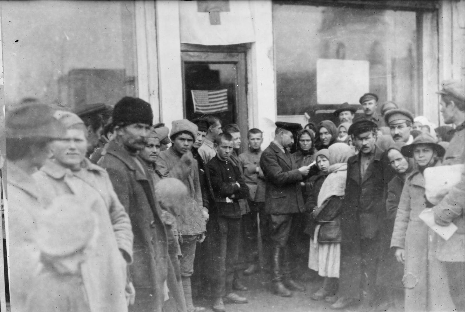 03. 1919. Омск. Каждый день в офисе американского Красного Креста собиралось множество претендентов на помощь