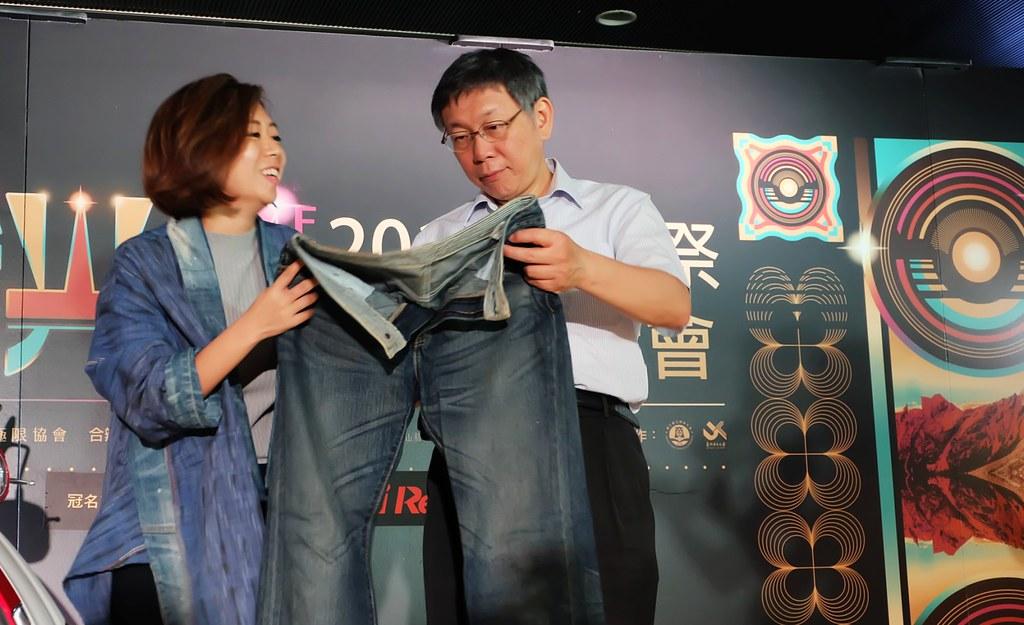 阿福將蘇打綠在《春・日光》專輯中的宣傳褲交給「Story Wear」(左),將在音樂祭上以全新樣貌出現,成為台北市長柯文哲的穿搭。攝影:陳文姿