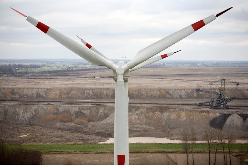 波蘭一處露天煤礦旁的風力發電設備。波蘭在6月的歐盟理事會會議上反對淨零目標。圖片來源:Nick Cobbing / Greenpeace