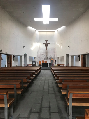 屋頂上方的十字窗口,讓教堂內的充斥光影變化 圖:詹詒絜