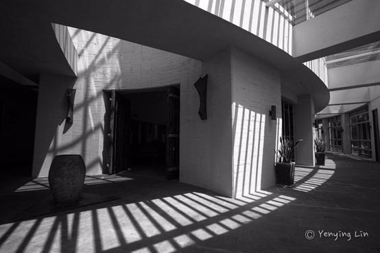 長長的迴廊恰好成為遮蔭空間,也是光影交際之處。圖:林豔英