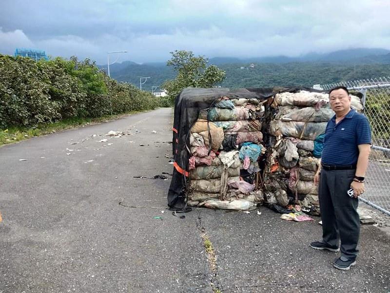 烏石港附近遭倒廢棄物。照片來源:曹乾舜臉書。