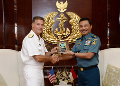 Adm. John Aquilino, commander of U.S. Pacific Fleet, presents a memento to the Indonesian Navy's Chief of the Naval Staff (Kasal) ADM Siwi Sukma Adji during a meeting between the two in Jakarta. (U.S. Embassy Indonesia photo)