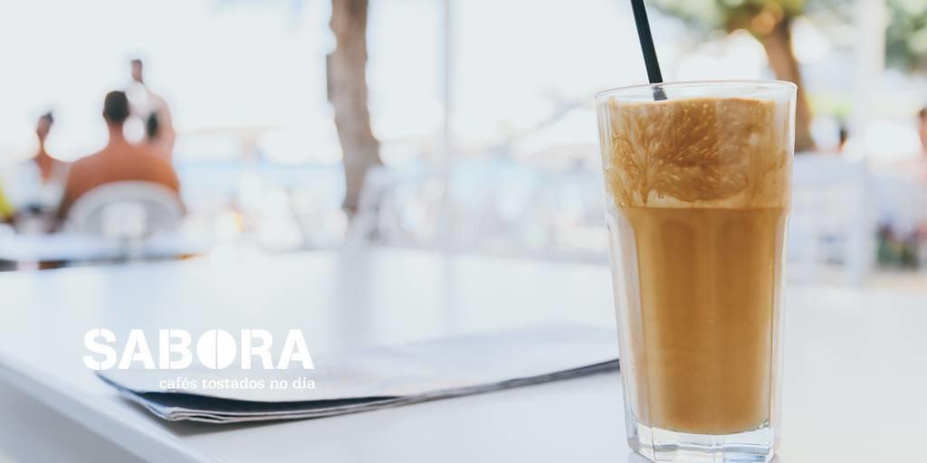 Café xeado cando a calor aperta.