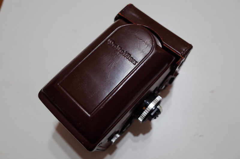 純正Rolleiflex 2 8F用ケースを纏うRolleiflex 2