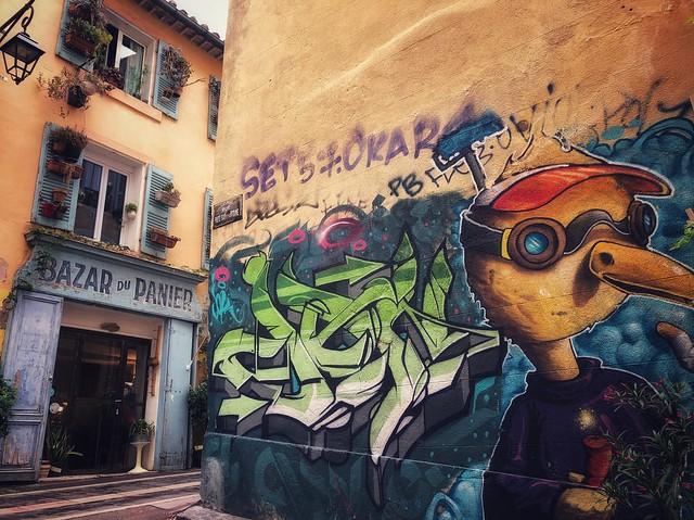 Arte urbano y fachada provenzal en Le Panier (Marsella)