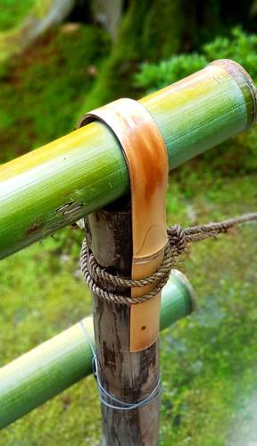 Geländer aus natürlichen Baumaterialien im Ginkaku-ji-Tempel