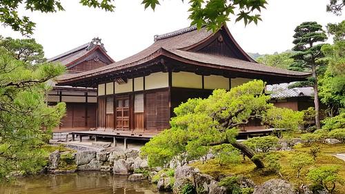 Gebäude im Ginkaku-ji-Tempel mit Teich