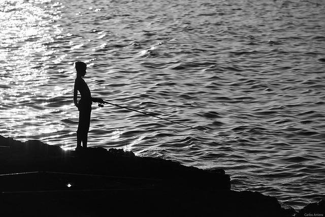 Joven pescador en el Malecón (La Habana, Cuba).