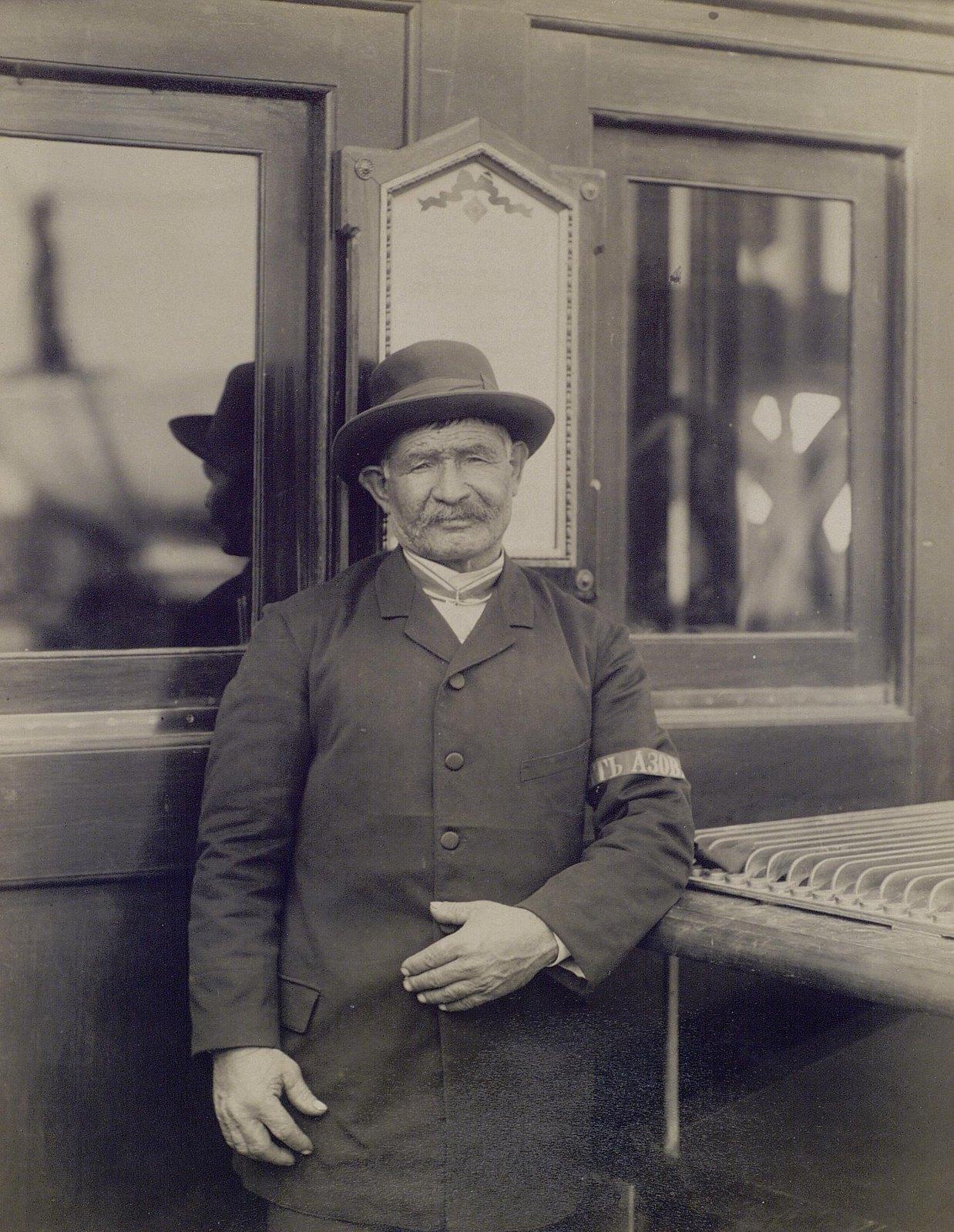 25. 1890. Мужчина в гражданском костюме с повязкой «Память Азова»
