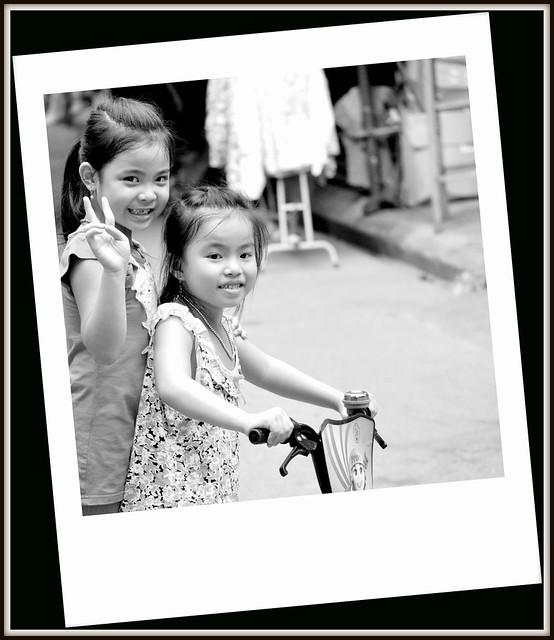 Deux fillettes jouant dans une rue de Ninh Binh au Vietnam