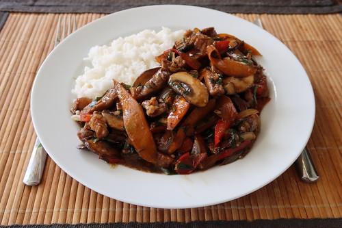 Wokgericht mit Schweinegeschnetzeltem zu Reis