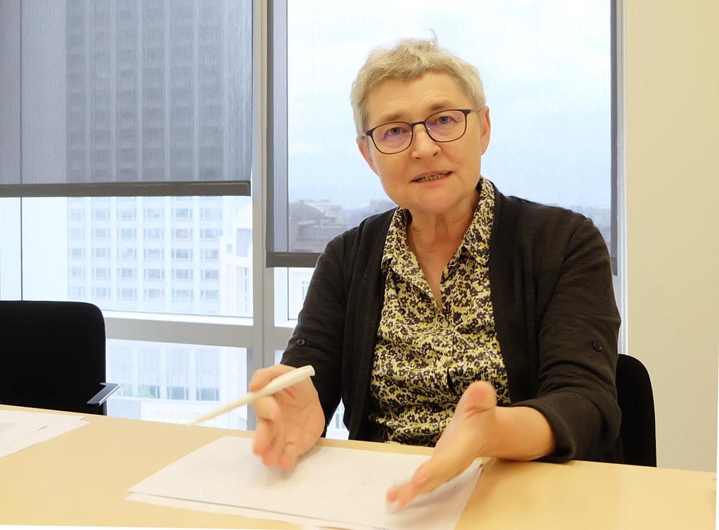 沃旭能源資深專案許可協理、海洋環境科學博士施多麗(Doris Schiedek)說明離岸風場減輕環境影響的對策。攝影:陳文姿