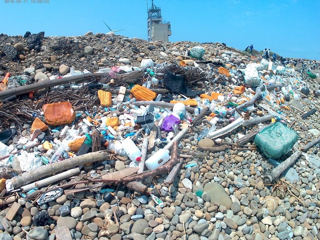 彰化線西鄉沙灘上的垃圾。圖片來源:中研院提供。