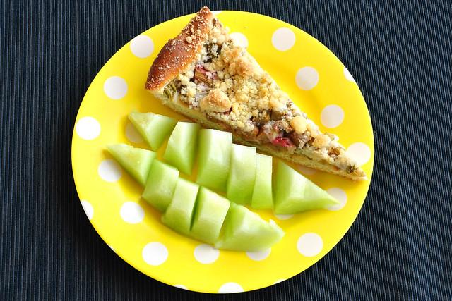 Rhabarberkuchen mit (Netz-) Melone, grünes Fruchtfleisch, erfrischend und saftig ... Foto: Brigitte Stolle