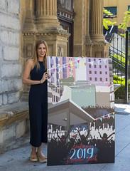 La concejala Beatriz Gámiz, con el cartel de los Santiagos 2019.