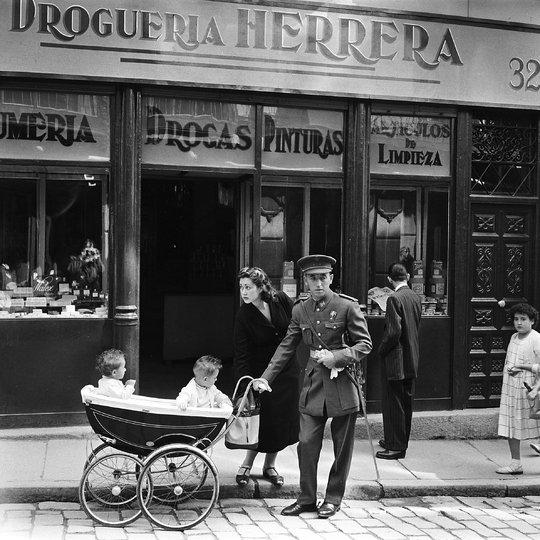 Un militar y su mujer con un carrito de gemelos en la calle Ancha. Fotografía de Sem Presser en 1955 © Sem Presser/Maria Austria Institute (Vintage print available Sandvoort Gallery).