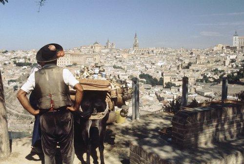 Vista de Toledo en 1973 por Sem Presser, con un vendedor de cerámica y su burro © Maria Austria Instituut, Amsterdam
