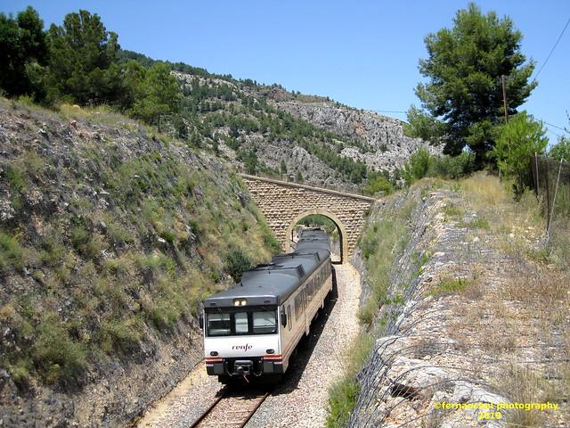 Tren de media distancia de Renfe (Línea Xàtiva-Alcoi) a su paso por MURO DE ALCOY (Alicante)