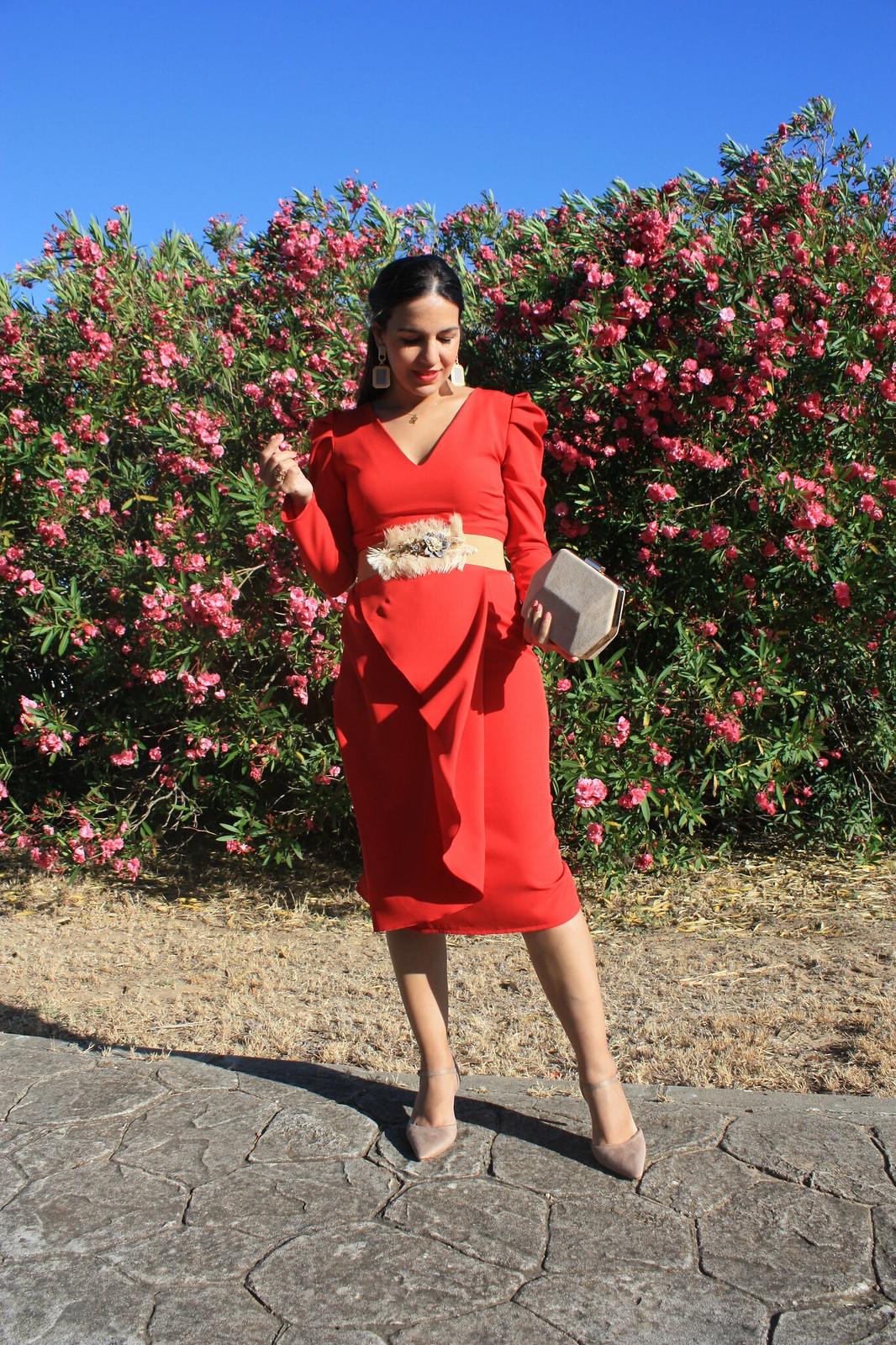 Vestido rojo combinado con nude