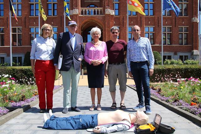 Persmoment ingebruikname AED stadhuis Knokke