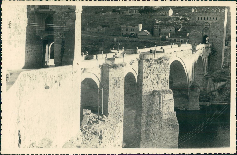 Puente de San Martín de Toledo hacia 1950 en una foto de unos viajeros franceses en su periplo hacia Marruecos