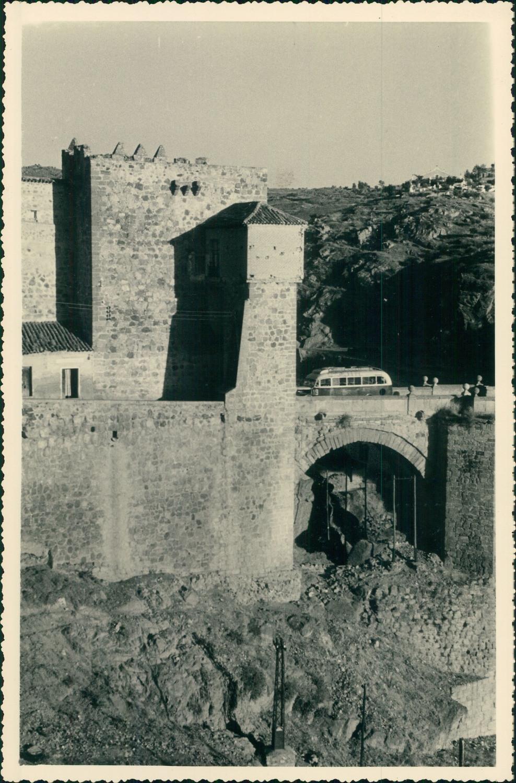 Un autobús cruza el Puente de San Martín de Toledo hacia 1950 en una foto de unos viajeros franceses en su periplo hacia Marruecos