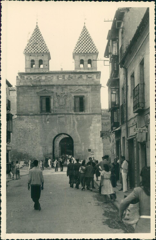Puerta de Bisagra y Real del Arrabal en Toledo hacia 1950 en una foto de unos viajeros franceses en su periplo hacia Marruecos