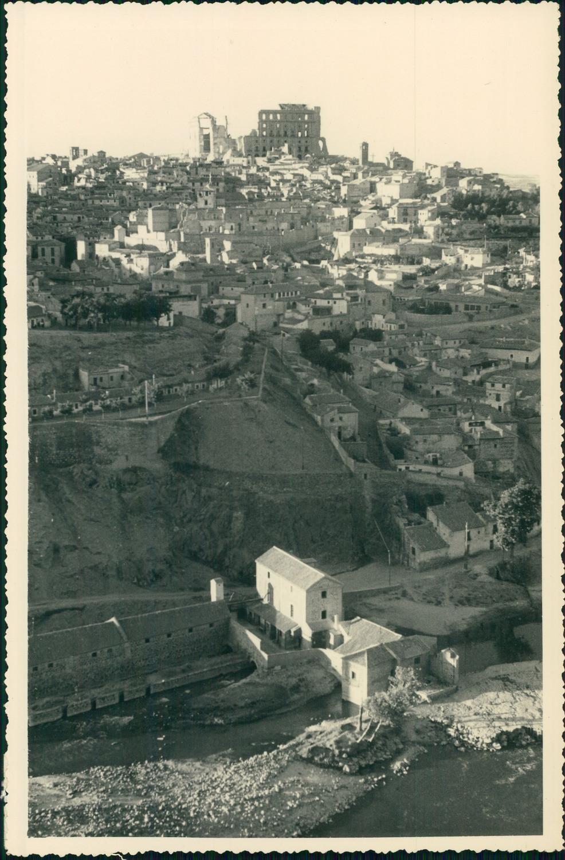 Vista general de Toledo hacia 1950 en una foto de unos viajeros franceses en su periplo hacia Marruecos
