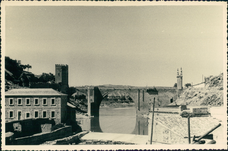 Puente de Alcántara de Toledo hacia 1950 en una foto de unos viajeros franceses en su periplo hacia Marruecos