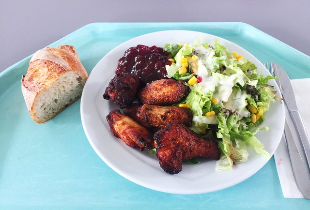 Mixed salad with chicken wings & baguette / Gemischter Salat mit Chicken Wings & Baguette