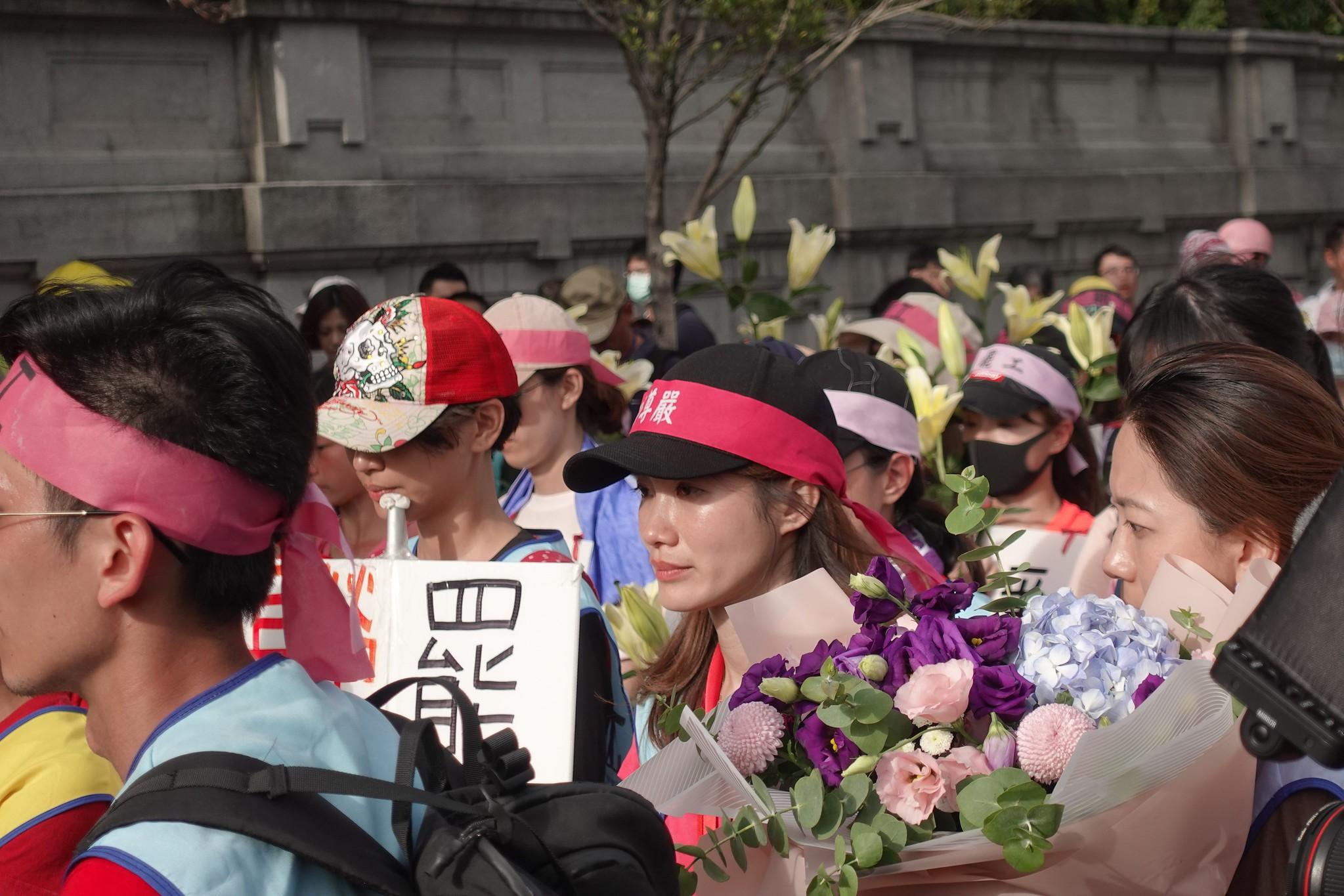 空服員抵達凱道,準備花束要送給蔡英文總統。(攝影:張智琦)