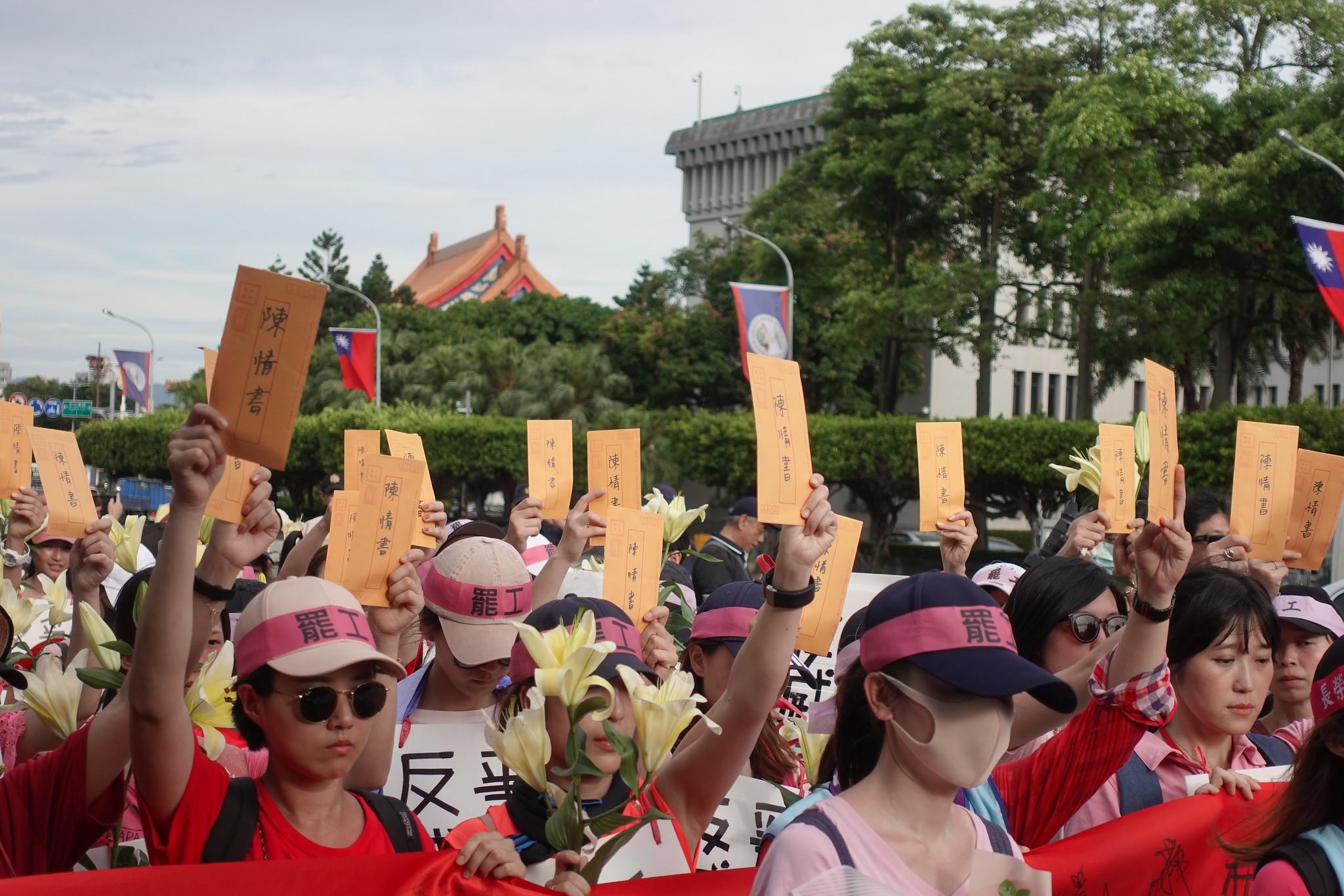空服員一人一封陳情信,送交給蔡總統,呼籲她支持勞動人權。(攝影:張智琦)