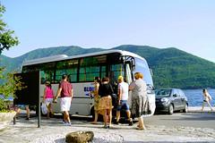 """Автобус """"Blue line"""" на остановке в центре Пераста"""