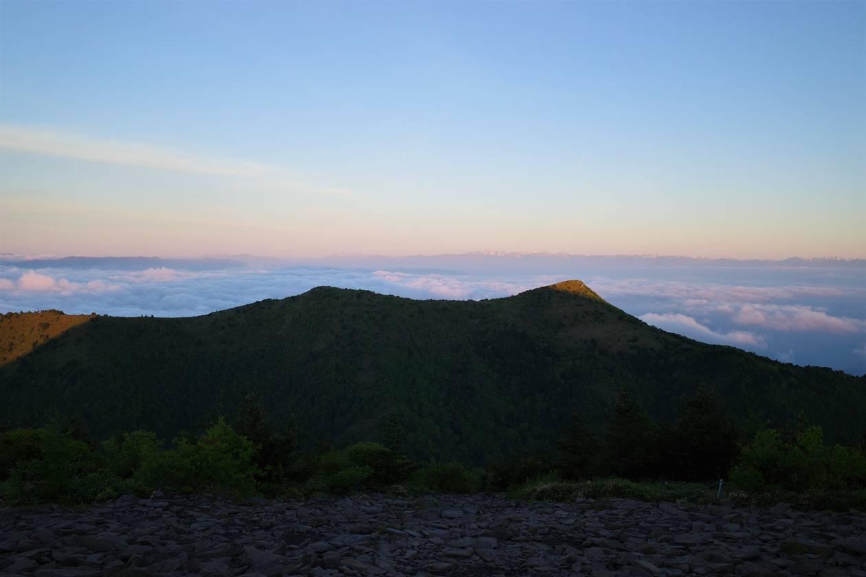 湯ノ丸山登山 烏帽子岳のモルゲンロートと北アルプス