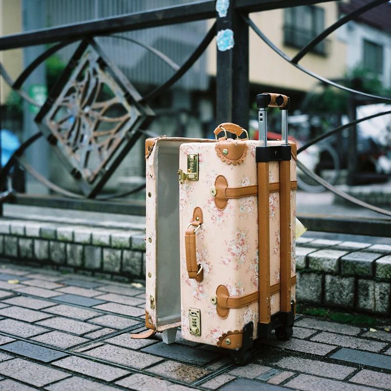 Rolleiflex 2 8F+FUJIFILM PRO 400H池袋三丁目谷端川緑道の捨てられたキャリーバッグ