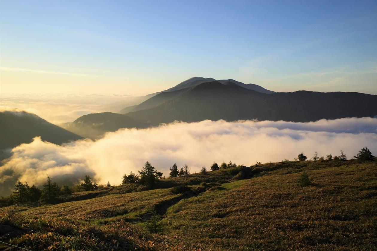 湯ノ丸山山頂からの雲海と浅間山