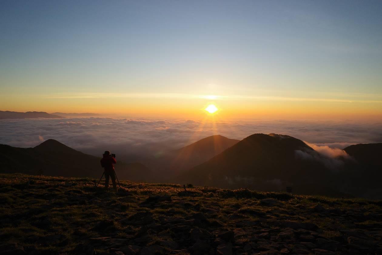 湯ノ丸山山頂からの朝日と雲海