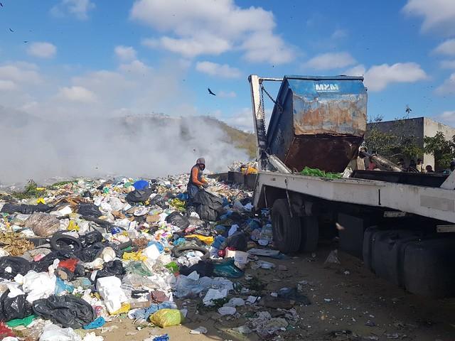 Lixo e fumaça tóxica se aproximam de entrada do lixão em Juazeiro do Norte