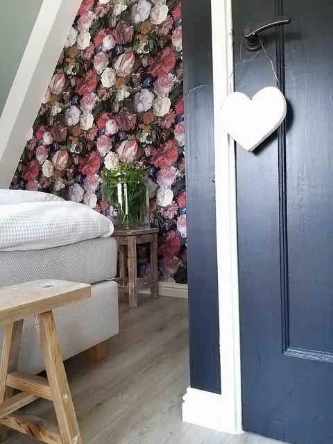 Bloemenbehang landelijke slaapkamer