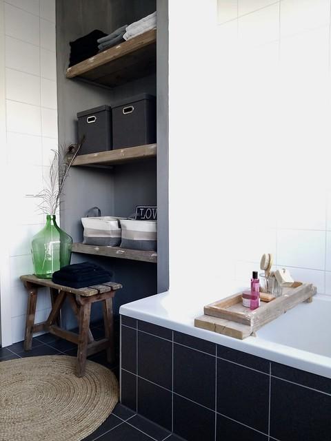Landelijke badkamer met nisjes