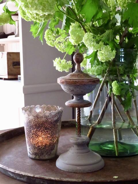 Vaas met bloemen eethoek tafel