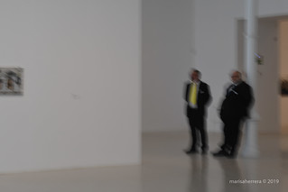 Palacio de Velázquez. Un atlante y su amigo con corbata amarilla.