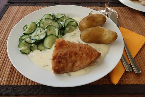 Mehliert gebratener Victoriasee-Barsch mit Weinsoße, neuen Kartoffeln und Gurkensalat (mein Teller)