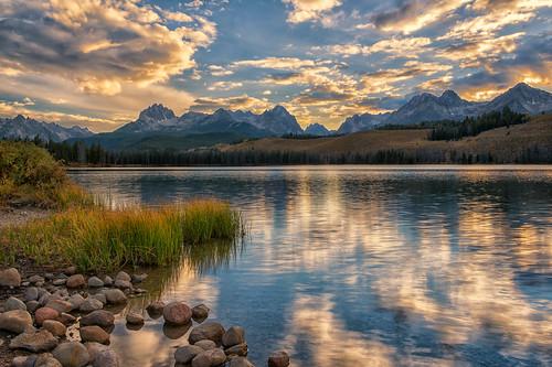 dawn sunrise daybreak morning reflections sawtooths littleredfishlake stanley idaho