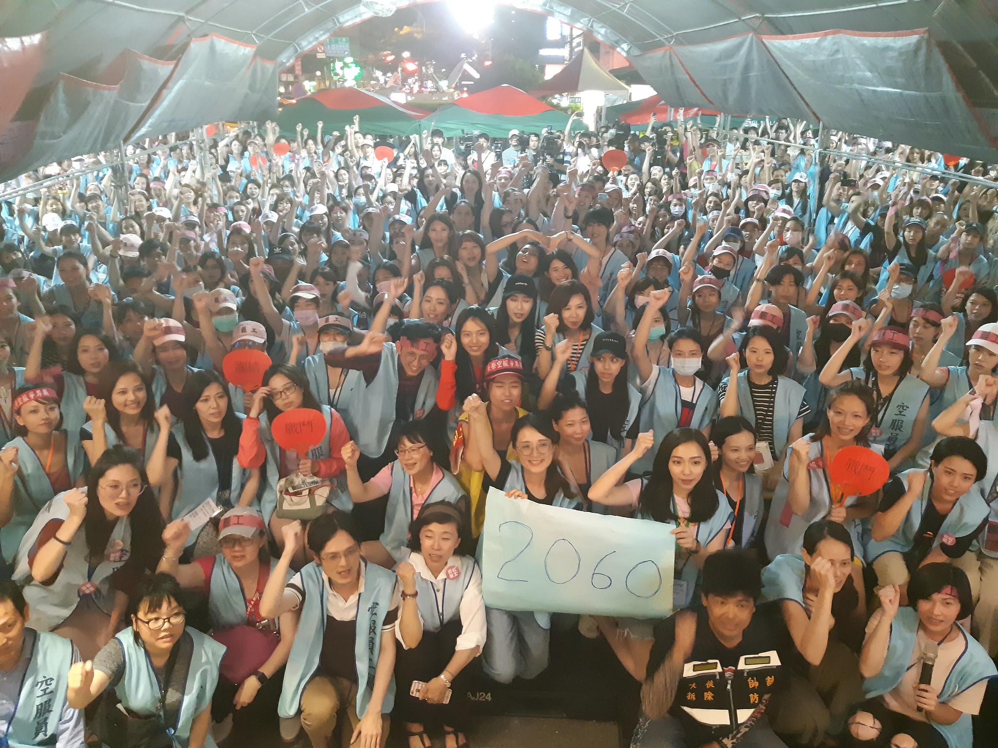 參與罷工的工會成員一起大合照。(攝影:張智琦)